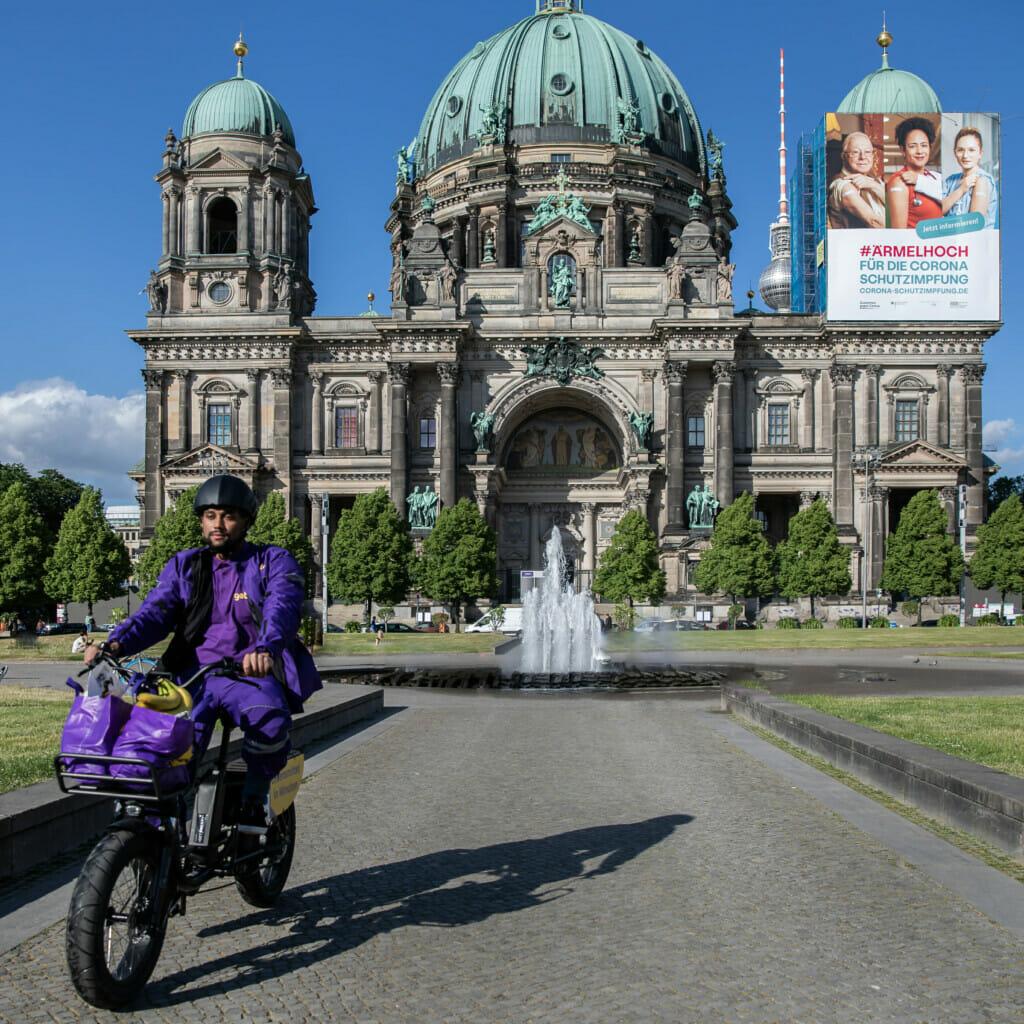 Getir-Kurier vor Berliner Dom