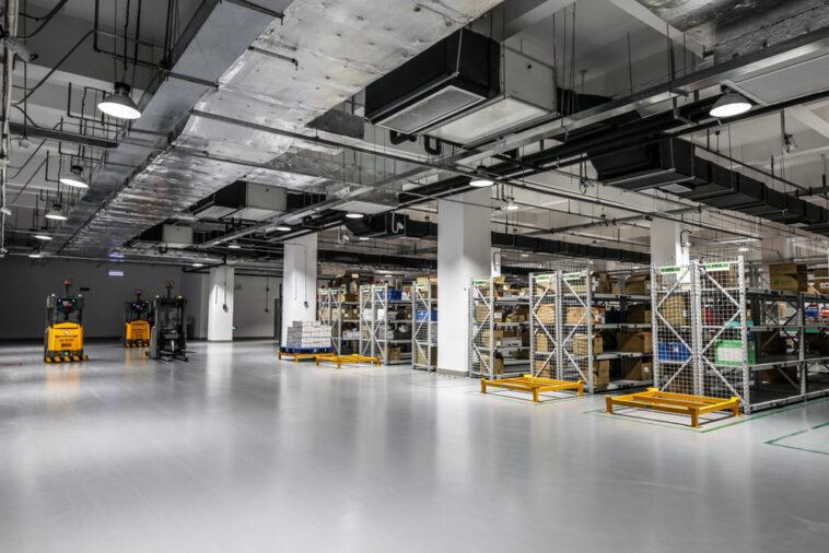Kletternde Shuttle-Roboter im Automatiklager: Mehr Systemleistung dank Kommissioniersystem