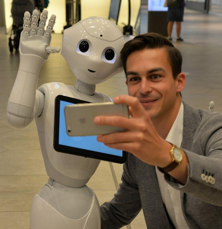 Selfie mit dem humanoiden Roboter Pepper