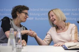 Bundesforschungsministerin Johanna Wanka mit Jeanette Hofmann vom Wissenschaftszentrum Berlin für Sozialforschung